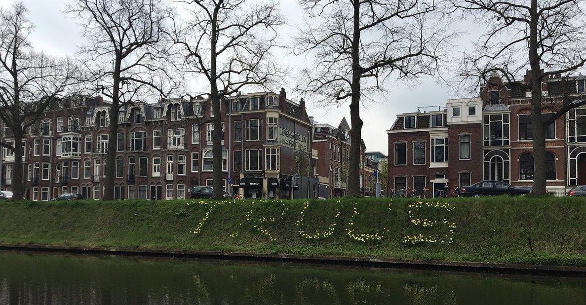 Foto van bloemenhulde voor Truus van Lier